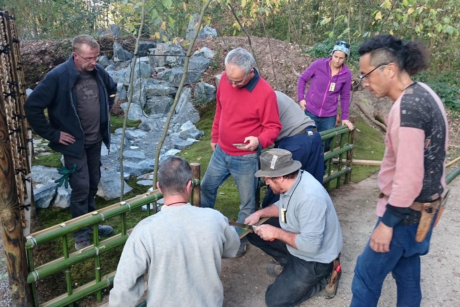 現地の竹を使って竹垣を作る意義を、技術よりも先に伝えました。