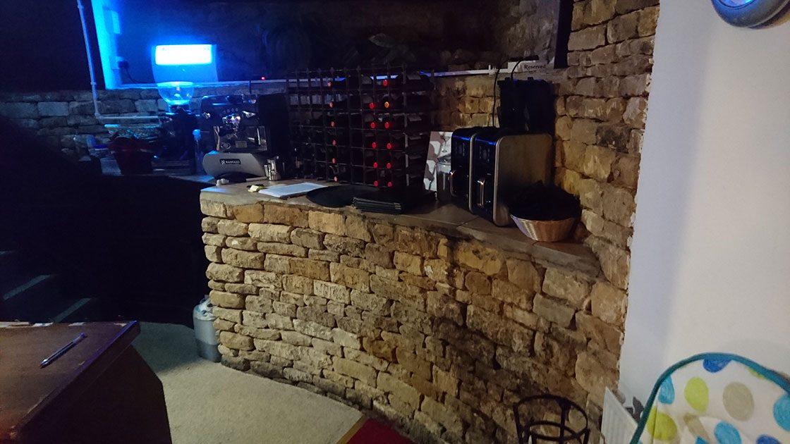 コッツウォルズのレストランにて。壁だけでなくカウンターにも石積みを取り入れている。