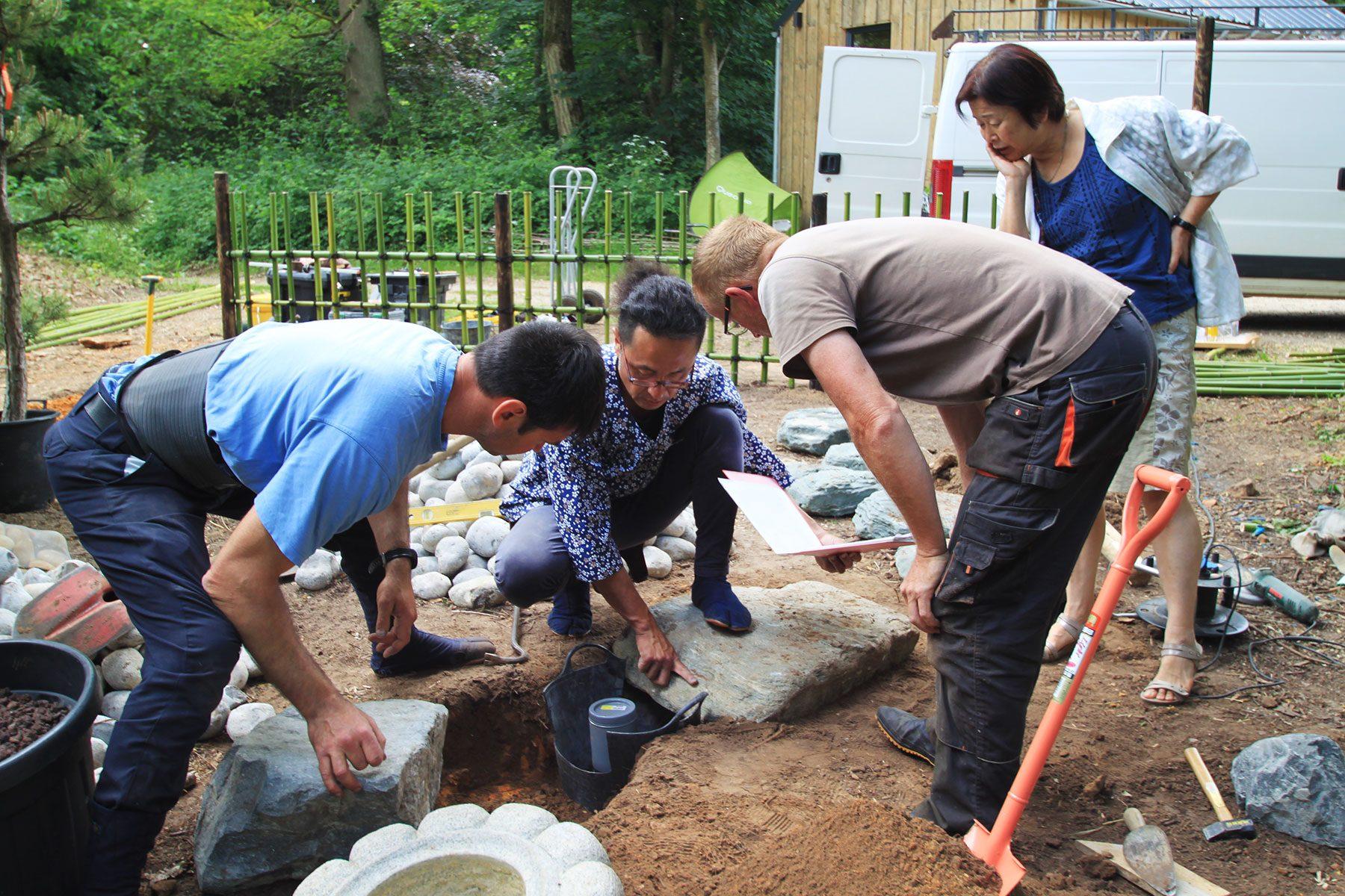 熱意が高い参加者たちに囲まれながら、日本の庭に脈々と受け継がれてきた伝統を継承しました。