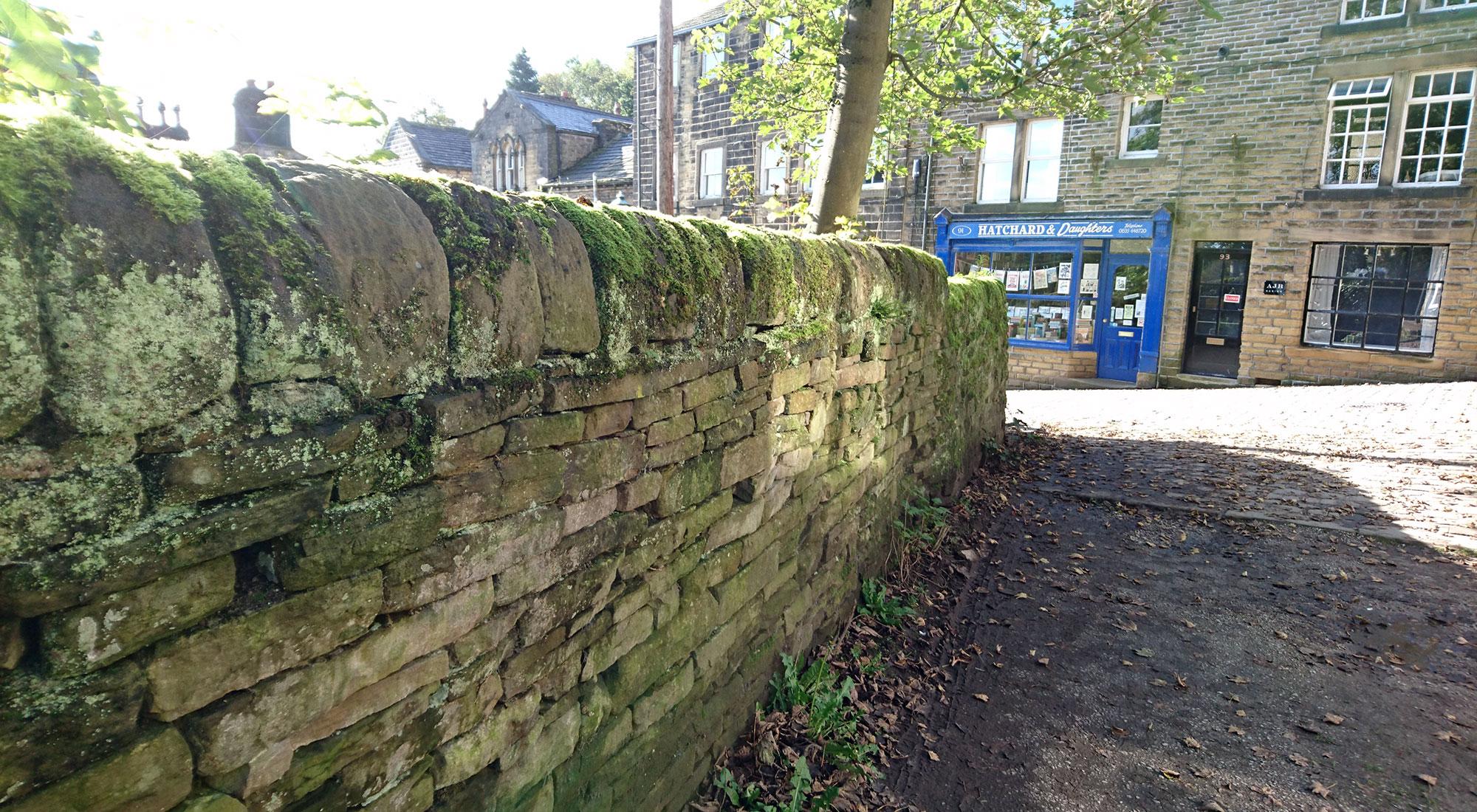 イギリスのコッツウォルズ地方で見かけたドライ・ストーン・ウォーリングの石積み